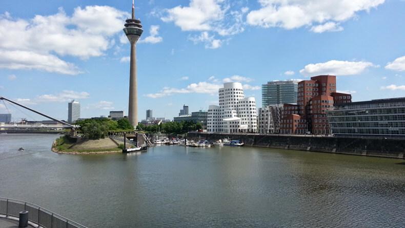 Neuer Zollhof mit Gehry-Bauten im Düsseldorfer Rheinhafen